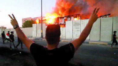 صورة إضرام  النار في مكتب مجلس النواب في البصرة العراقية