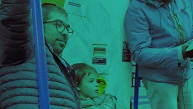 صورة مسلمه تدافع عن عائله يهوديه عقب تهكم من رجل في متروا الانفاق في لندن بريطانيا