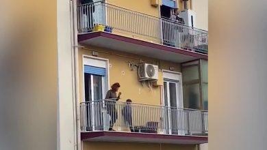 صورة الإيطاليون يغنون من شرفات منازلهم بعد تطبيق قرار الحجر الصحي