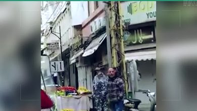 """صورة """"بيتي أجار وولادي في المدرسة"""".. بائع متجول لبناني يفقد أعصابه بعد أن حاولت السلطات المحلية منعه من بيع الليمون"""