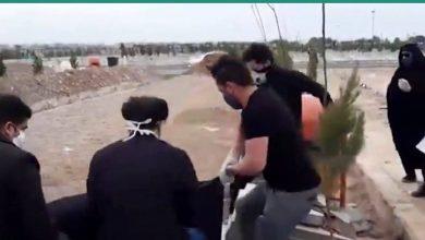 صورة التلفزيون الإيراني ينشر فيديو لدفن ضحايا كورونا بعد أنباء عن مقابر جماعية