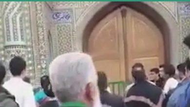 صورة محتجون يحطمون باب مزار ديني في قم مغلق بسبب كورونا