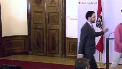 """صورة وزيرة الاندماج النمساوية """"تحرَد"""" عند مقاطعة كلمتها .. وتعود بعد نهاية الإعتراض على منعها دخول اللاجئين"""