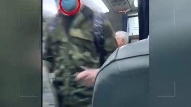 """صورة """"على الثقة"""".. موظف في مطار دمشق يفحص الركاب خوفاً من كورونا بدون كمامة"""