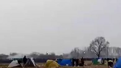 صورة حرس الحدود اليوناني يدفع اللاجئين للابتعاد عن حدود