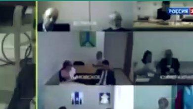 صورة مسؤول روسي يتجاهل وجود البث المباشر والكاميرا ..يتحرش بجسد مساعدته تحت الطاولة