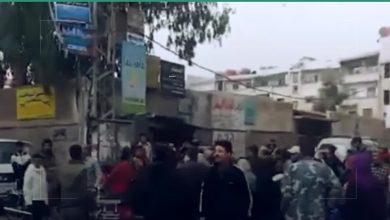 صورة من أجل الحصول على الخبز .. نساء يتعرضن للضرب من قبل المعتمد المسؤول عن توزيع الخبز في صحنايا في ريف دمشق