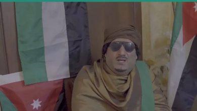 صورة فنان أردني يخاطب الشعب على طريقة القذافي
