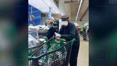 صورة وضع فوطة نسائية بدل الكمامة .. عجوز اسكتلندي يثير ضجة على مواقع التواصل الإجتماعي بعد أن عجز عن تأمين كمامة