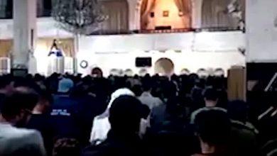 صورة رغم كل التحذيرات الصحية .. ازدحام كبير في صلاة التراويح في أحد مساجد إدلب