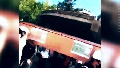 صورة على طريقة زفة التابوت الإفريقية .. متظاهرون لبنانيون يشيعون الليرة اللبنانية تعبيراً عن غضبهم بسبب انهيار قيمتها