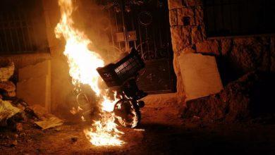 صورة خشية من أعمال انتقامية وبعد إحراق منازل.. نزوح عوائل سورية من منطقة لبنانية