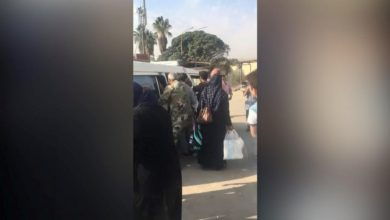 صورة بالفيديو.. عناصر في قوات النظام يعتدون بالضرب على مريض في دمشق