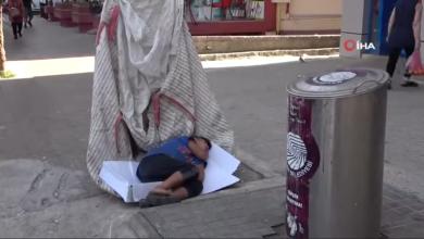 صورة بالفيديو.. الإعلام التركي ينشر شريطا مصورا لطفل سوري نائم داخل عربة جر