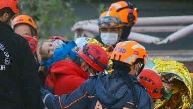 صورة شاهد.. إنقاذ طفلة تركية من تحت أنقاض زلزال إزمير بعد 91 ساعة