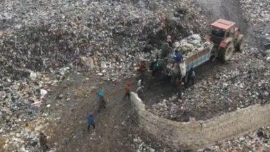 """صورة بحثا عن شيء للبيع.. أطفال سوريون يلاحقون شاحنة نفايات في """"مشهد مأساوي"""""""